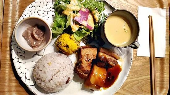 畔(ほとり)亭の豚の角煮プレートランチ