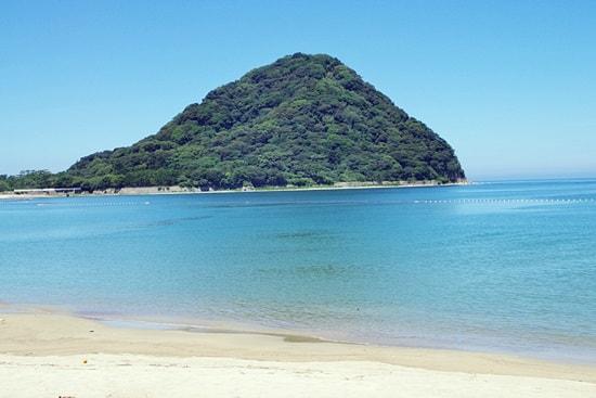 菊ヶ浜から見える指月山