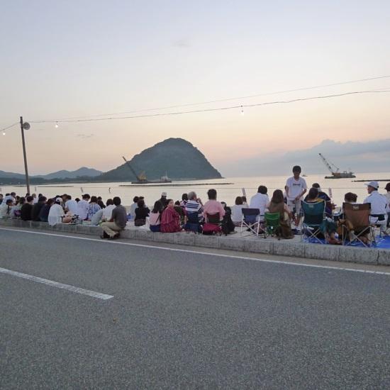 萩・日本海大花火大会を待つ人々