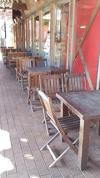 萩市しーまーとは外にもイス・テーブルがある