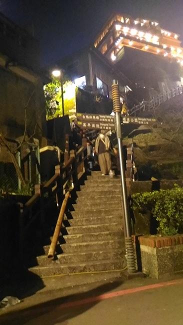 九份の裏階段は人が少ないので何とか降りることができた