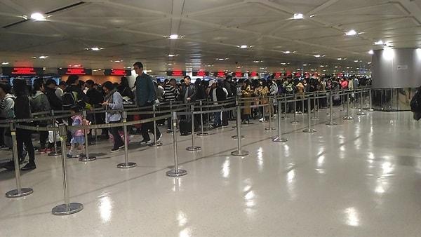 台湾入国審査の列の大勢の人たち