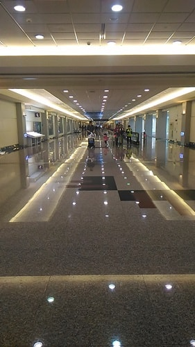 LCCは空港のハズレにあるので歩いて入国審査の場所に行くのが大変
