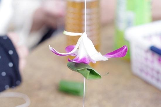 オアフ島ぐるっと一周ツアーレイメイキング花を糸に通す