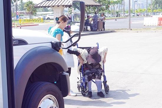パールハーバーで車椅子に乗る義母