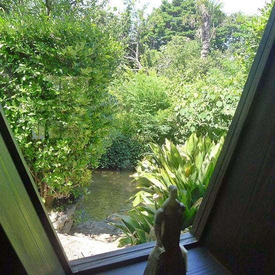 藍場川の家の窓側の席に着く