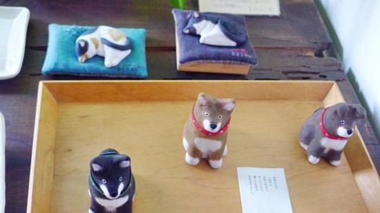 晦事にある犬や猫の陶器