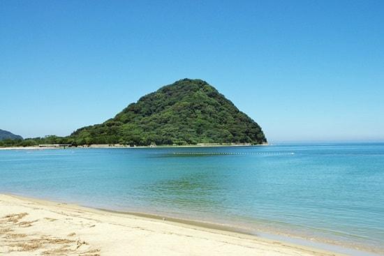 菊ヶ浜を遠くから見ると指月山が特徴的な景色