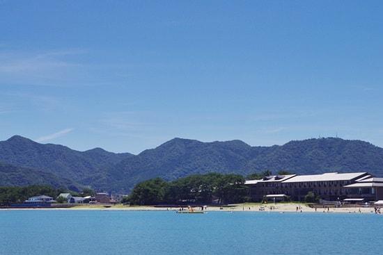 菊ヶ浜の近くのホテル・旅館が見える