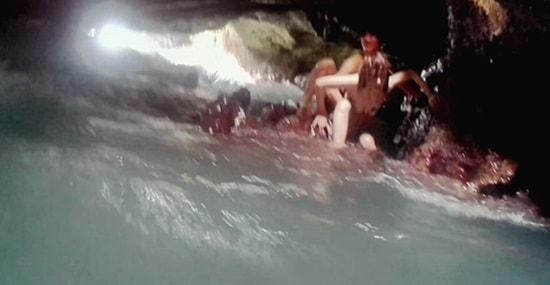 西オアフマーメイドケーブでカップルが波に押し戻されていた