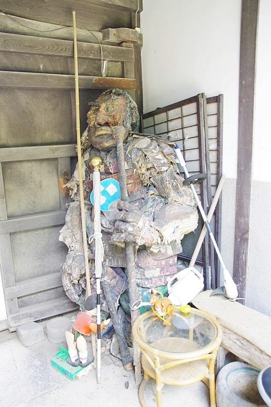 長屋門珈琲カフェの門を入ると忍者の人形がある