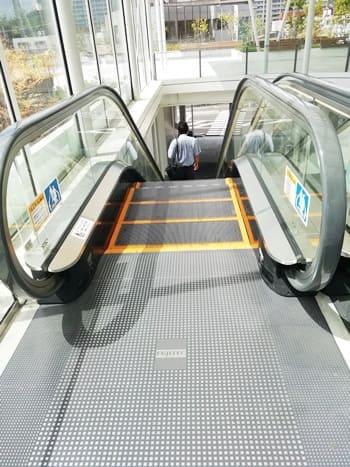 新山口駅の1階に降りるエスカレーター